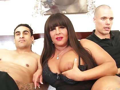 Chunky floosie Cassidy Eve moans while possessions fucked by two studs