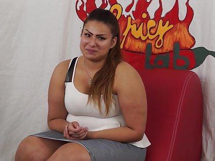 Casting a una ragazzina peruviana BBW di nome sharon. Un po di domande poi inizia a masturbarsi (parte prima). Nella seconda parte Capitano Eric le far&agrave_ conoscere la potenza del porno