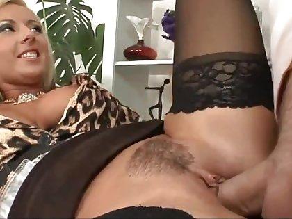 Daria Give a dirty look seduces a virgin boy
