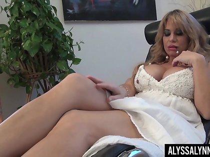 Legendary pornstar Alyssa Lynn is masturbating her pussy